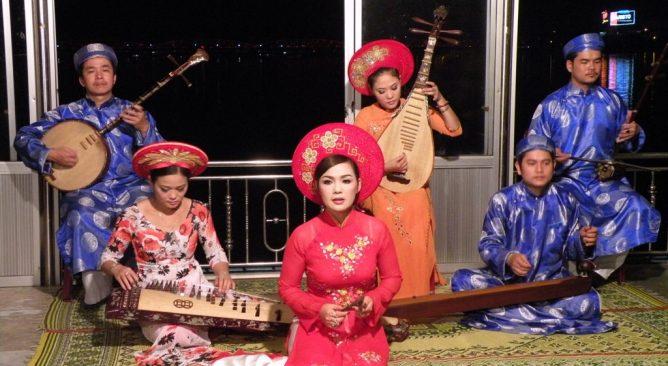 Ca Huế trên sông Hương